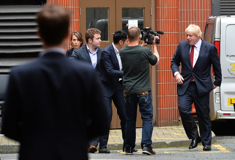 """Former London Mayor, and """"Vote Leave"""" campaigner Boris Johnson (R) leaves after giving a press conference at the headquarters of the 'Vote Leave' campaign in central London on June 24, 2016. (AFP PHOTO / GLYN KIRK)"""
