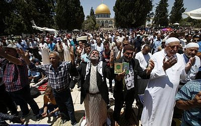 Palestinian Muslim worshippers pray in front of the Dome of the Rock in Jerusalem's Temple Mount compound prior to the third Friday prayers of the holy Muslim fasting month of Ramadan on June 24, 2016. (AFP PHOTO / AHMAD GHARABLI)