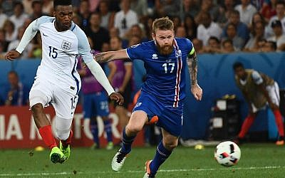 Iceland's midfielder Aron Gunnarsson (R) and England's forward Daniel Sturridge vie for the ball during Euro 2016 round of 16 football match between England and Iceland at the Allianz Riviera stadium in Nice on June 27, 2016. (AFP PHOTO / ANNE-CHRISTINE POUJOULAT)