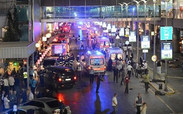 This picture obtained from the Ilhas News Agency shows ambulances and police setting up a perimeter, next to people lying on the ground (R), after two explosions followed by gunfire hit the Turkey's biggest airport of Ataturk in Istanbul, on June 28, 2016. (AFP / ILHAS NEWS AGENCY)