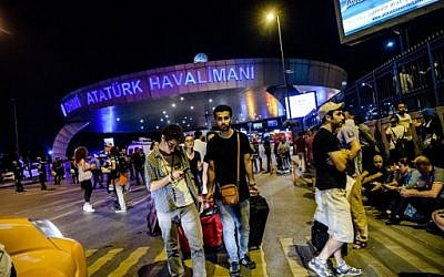 Passengers leave Ataturk airport in Istanbul on June 28, 2016 after two explosions followed by gunfire hit Turkey's biggest airport, killing 41 people and injuring hundreds more. (AFP PHOTO/OZAN KOSE)