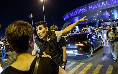 A Turkish police officer directs a passenger at Ataturk airport in Istanbul,June 28, 2016, after a terror attack at Turkey's biggest airport (AFP PHOTO / OZAN KOSE)