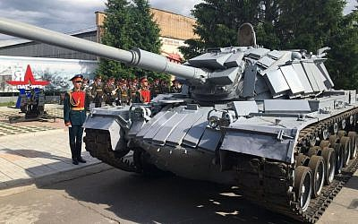 Russian soldiers attend an official ceremony to return an IDF tank captured by Syria during the 1982 Lebanon War, in Moscow on June 8 2016 photo credit: GPO)