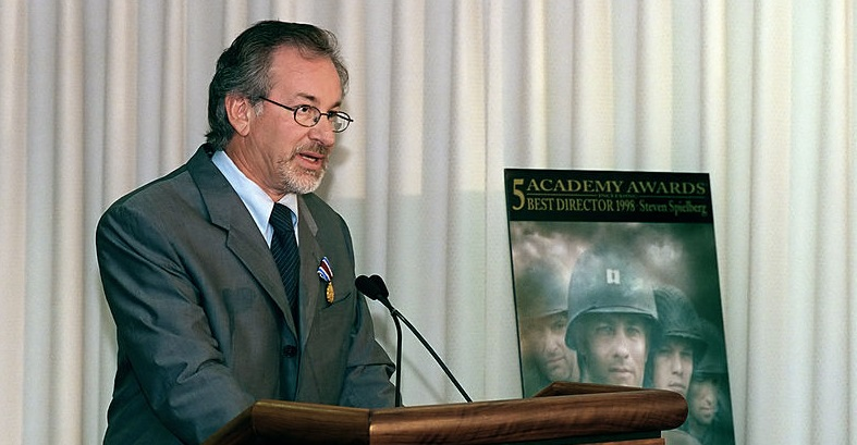Filmmaker Steven Spielberg speaks at the US Pentagon on August 11, 1999 (public domain)