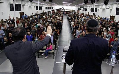 Rabbi Eckstein, right, addressing evangelical Christians at a church in Brazil, June 2016. (Elion Pereira)