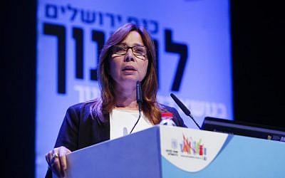 Israeli Journalist and news anchor Oshrat Kotler speaks at the Education Week Conference in Jerusalem's, March 23, 2014. (Yonatan Sindel/Flash90)