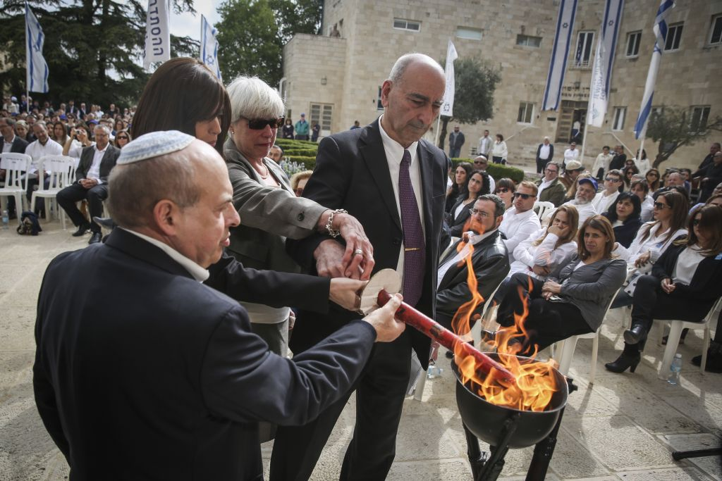 Jewish Agency chairman Natan Sharansky (L); widow of Phillip Barham who was killed in Paris, Valery; and parents of Dan Ozen, killed in Koppenhagen, Serjo and Budil Ozen, light a memorial fire during a ceremony commemorating victims of anti-Semitic attacks in Paris and elsewhere; April 22, 2015 in Jerusalem. (Hadas Parush/Flash90)