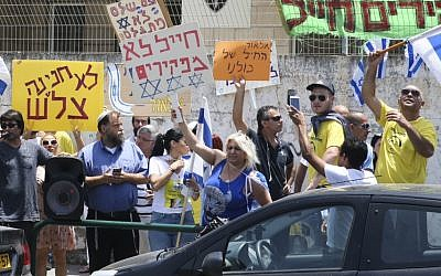 Right wing activist protest outside a court hearing of Elor Azaria in Jaffa, June 1, 2016. (Flash90)