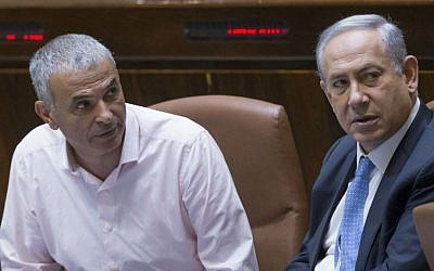Prime Minister Benjamin Netanyahu, right, speaks with Finance Minister Moshe Kahlon in the Knesset, June 1, 2016. (Yonatan Sindel/Flash90)