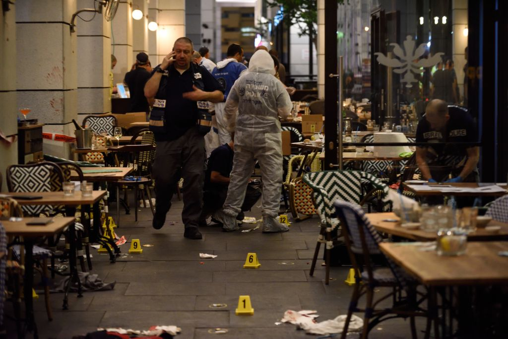Israeli security forces at the scene where two terrorists opened fire at the Sarona Market shopping center in Tel Aviv, on June 8, 2016. (Gili Yaari/Flash90)