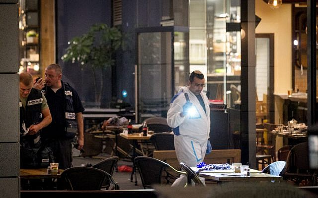 Israeli police at the scene of a terror attack at Tel Aviv's Sarona Market on June 8, 2016. (Miriam Alster/Flash90)