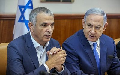 Prime Minister Benjamin Netanyahu (right) and Finance Minister Moshe Kahlon (left) at the weekly cabinet meeting in Jerusalem, June 13, 2016. (Marc Israel Sellem/Pool)