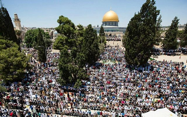 Some 10,000 Palestinian Muslims pray at the Dome of the Rock shrine on the Temple Mount in Jerusalem during the second Friday of the holy month of Ramadan in Jerusalem's Old City, June 17, 2016. (Suliman Khader/Flash90)