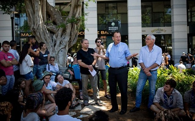 Tel Aviv mayor Ron Huldai speaks to young Israelis  at the Sarona Market shopping center in Tel Aviv, on June 9, 2016, the morning after a fatal terror attack claimed the lives of four people. (Miriam Alster/Flash90)