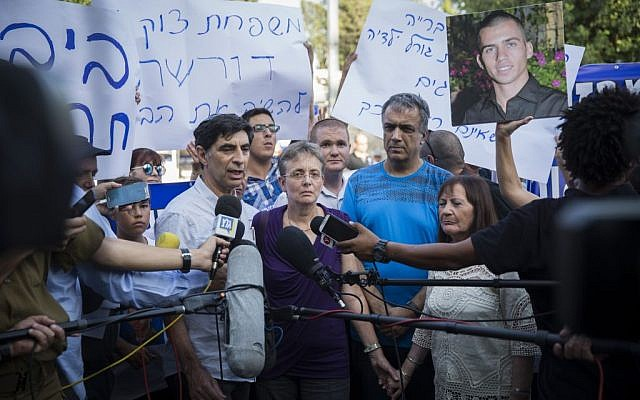 Parents of late Israeli soldiers Oron Shaul and Hadar Goldin at a protest tent outside Prime Minister Benjamin Netanyahu's residence in Jerusalem, June 27, 2016. (Hadas Parush/Flash90)