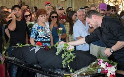 Family and friends attend the funeral of Esti Weinstein at the Yarkon cemetery in Petah Tikva on June 28, 2016. (Photo by Avi Dishi/FLASH90)