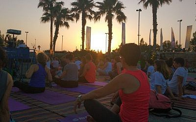 Hundreds of people join in the master class for the Second Annual International Day of Yoga on June 21, 2016 in Tel Aviv. (Melanie Lidman)