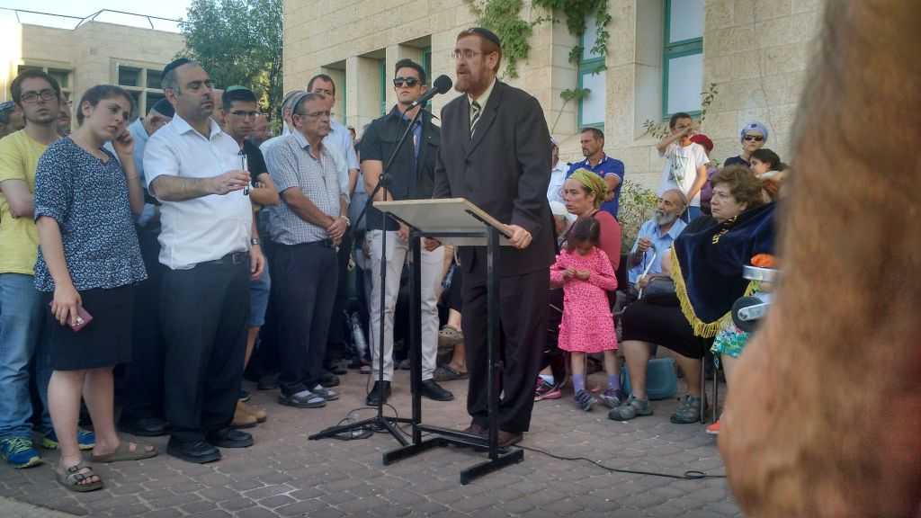 MK Yehuda Glick speaks at the funeral of Hallel Ariel, who was murdered by a Palestinian terrorist, June 30, 2016 (Judah Gross)