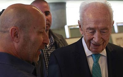 Former Israeli president Shimon Peres speaks with survivor Benny Davidson at an event marking 40 years since Operation Thunderbolt, the Israeli rescue of over 100 hostages from the Entebbe Airport in Uganda on July 4, 1976, which was held at the Peres Center for Peace in Jaffa on June 27, 2016. (Judah Ari Gross/Times of Israel)