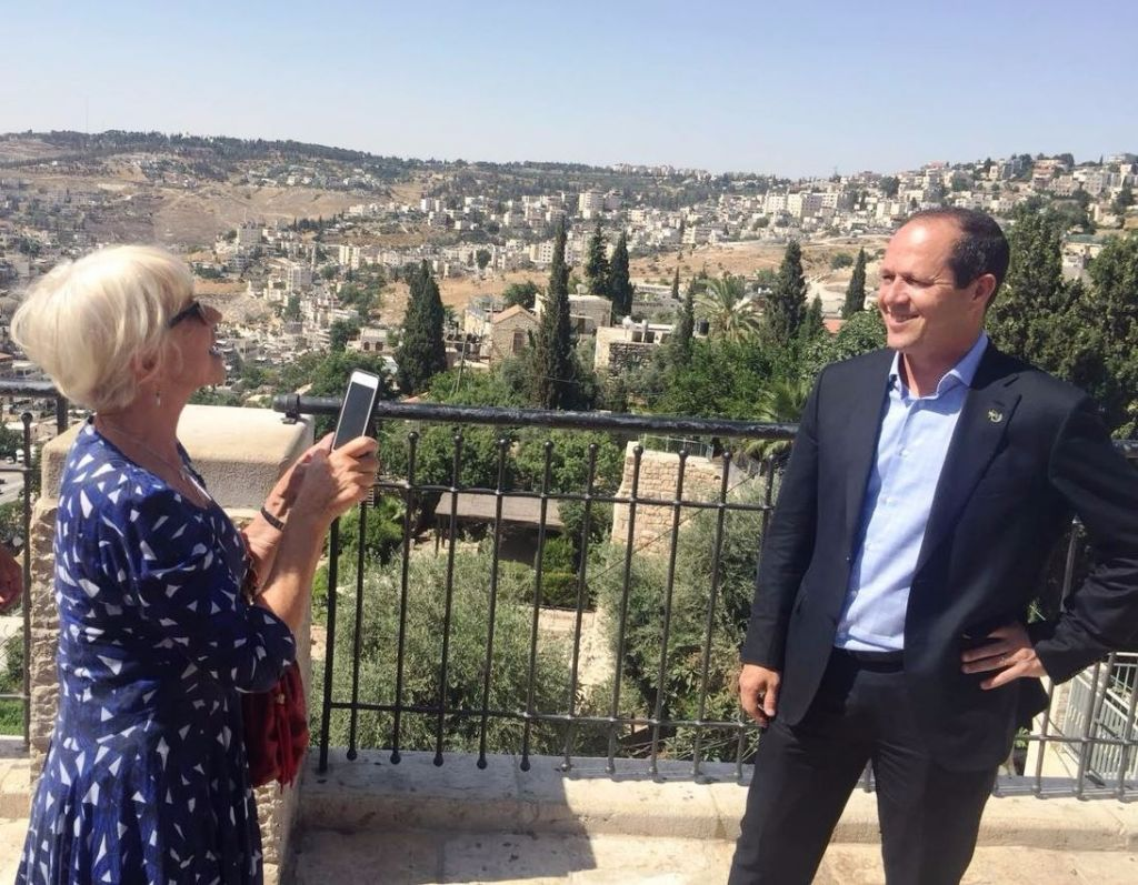 Helen Mirren snaps Jerusalem's Mayor Nir Barkat, June 22, 2016. Barkat awarded the actress with the Jerusalem of Gold Award for Excellence in the Arts and Humanities (Jerusalem Municipality)