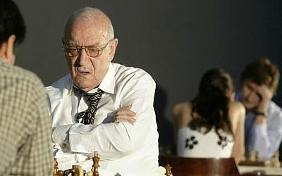 In this Sunday, Oct. 22, 2006 file photo, chess grandmaster Victor Korchnoi, center, plays against Gilberto Hernandez of Mexico during the Mexico City Chess Festival. (AP Photo/Guillermo Arias, file)