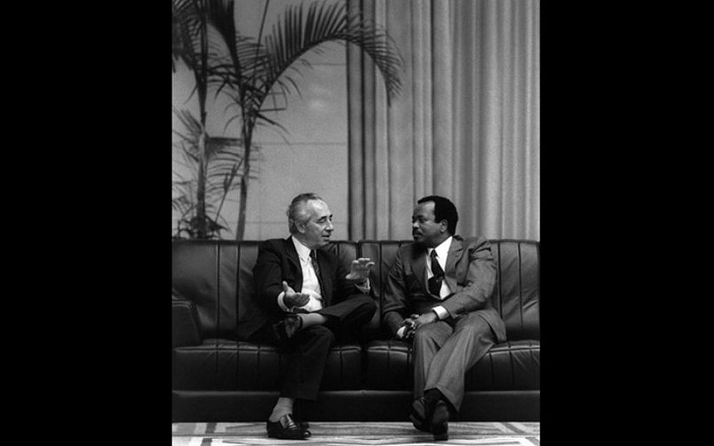 Prime Minister Shimon Peres meets with Cameroonian President Paul Biya in Yaoundé, the country's capital, August 25, 1986. (Nati Harnik/GPO)