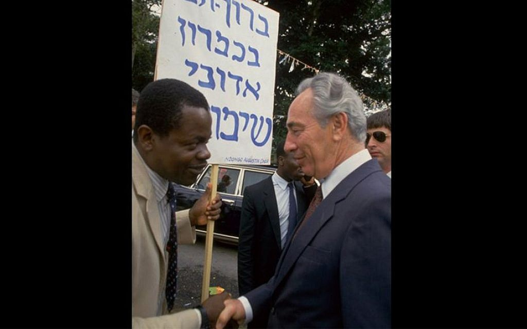 Prime Minister Shimon Peres on a visit to Cameroon, August 27, 1986. (Nati Harnik/GPO)