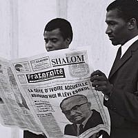 Residents of Ivory Coast read coverage of Prime Minister Levi Eshkol's visit to the country, May 31, 1966. (Moshe Fridan/GPO)