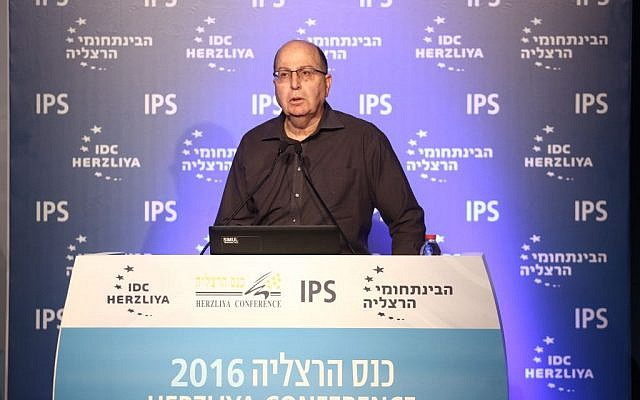Moshe Ya'alon announces his intent to run for the leadership of Israel during the Herzliya conference at the Interdisciplinary Center in Herzliya on June 16, 2016. (Adi Cohen Zedek)