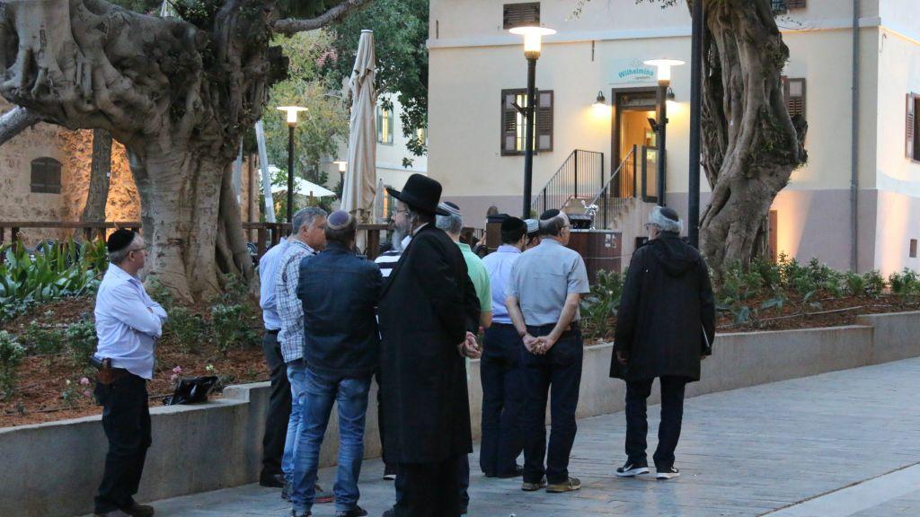 A crowd outside the Wilhelmina restaurant in Sarona, Tel Aviv. (Shmuel Bar-Am)