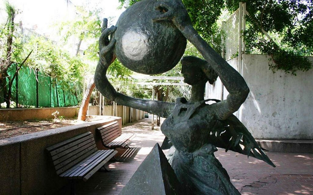 A statue created by well-known sculptor Bernard Reder in a small park of Dizengoff street. (Shmuel Bar-Am)
