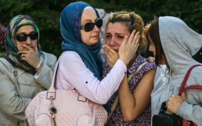 Relatives of a victim of the Istanbul suicide attacks mouring during a June 29, 2016 funeral in Istanbul, Turkey. (AFP Photo/Ozan Kose)