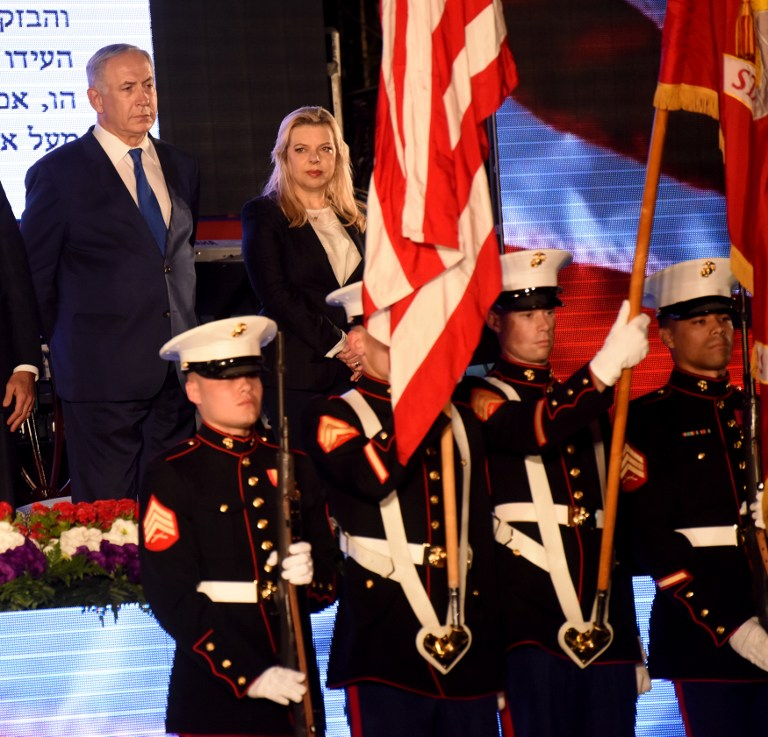 Israeli Prime Minister Benjamin Netanyahu and his wife Sara stand during a ceremony marking the US Independence Day at the residence of the US Ambassador to Israel in Herzliya, near Tel Aviv, on June 30, 2016. (AFP PHOTO / POOL / DEBBIE HILL)