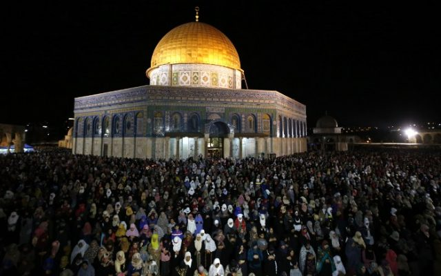 Muslim worshipers hold overnight prayers on the Temple Mount in Jerusalem as they mark Laylat al-Qadr on July 2, 2016. (AFP PHOTO/AHMAD GHARABLI)