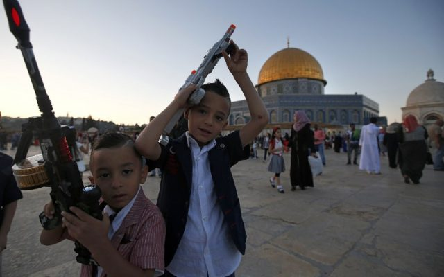 Palestinian boys hold toy guns on the Temple Mount during Eid al-Fitr on July 6, 2016.(AFP PHOTO / AHMAD GHARABLI)
