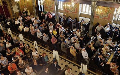 Romanian Jews attend a commemoration service for Holocaust survivor and Nobel Peace Prize winner Elie Wiesel, at Choral Temple in Bucharest on July 7, 2016. (AFP/Daniel Mihailescu)