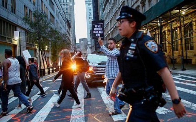 Police officers patrol during a protest in support of the Black Lives Matter movement in New York on July 09, 2016. (AFP PHOTO / KENA BETANCUR)