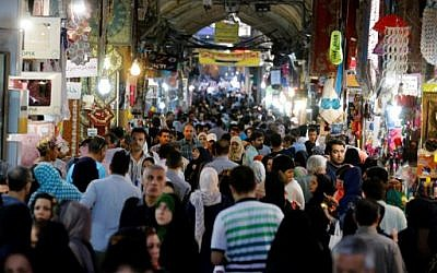 Iranians shop in Tehran's ancient Grand Bazaar on July 11, 2016 (AFP PHOTO / ATTA KENARE )