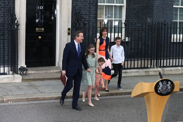 Outgoing British prime minister David Cameron leaves 10 Downing Street with his family  in central London on July 13, 2016 before going to Buckingham Palace to tender his resignation to Queen Elizabeth II. (AFP/JUSTIN TALLIS)