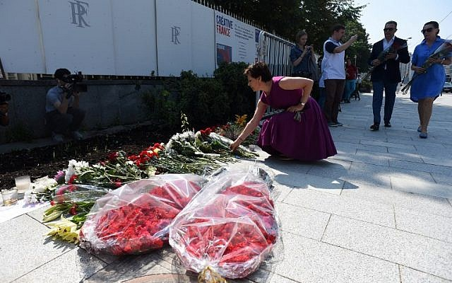 People lay flowers outside the French embassy in Moscow on July 15, 2016. (AFP PHOTO / VASILY MAXIMOV)