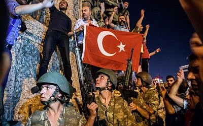 Turkish soldiers stand in Taksim Square in Istanbul as people protest against the military coup on July 16, 2016. (AFP PHOTO/OZAN KOSE)