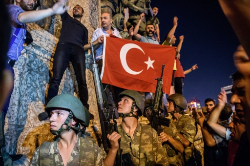 Turkish solders stay with weapons at Taksim square as people protest agaist the military coup in Istanbul on July 16, 2016. ( AFP PHOTO / OZAN KOSE)