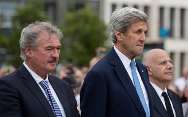 US Secretary of State John Kerry, right, and Luxembourg Minister of Foreign Affairs Jean Asselborn pay tribute to the victims of the July 14 attack in Nice at the Monument of Remembrance in Luxembourg on July 16, 2016. (AFP Photo/Thierry Monasse)