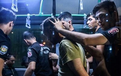 Turkish anti-riot police detain a soldier who allegedly took part in a military coup, at Bakirkoy district in Istanbul on July 16, 2016. (AFP PHOTO / OZAN KOSE)