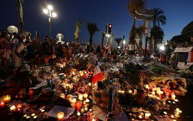Crowds gather at a make-shift memorial for victims of the deadly Bastille Day attack on the Promenade des Anglais in Nice on July 16, 2016. (AFP PHOTO / Valery HACHE)