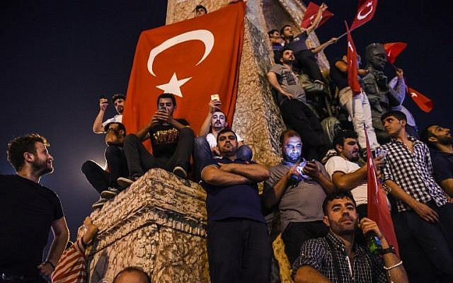 Pro-Erdogan supporters gather at Taksim square in Istanbul to support the government on July 16, 2016, following a failed coup attempt. (AFP PHOTO / BULENT KILIC)