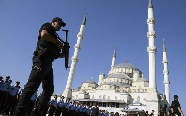 Illustrative photo of an armed Turkish police officer at Kocatepe Mosque in Ankara on July 17, 2016. (ILYAS AKENGIN / AFP)
