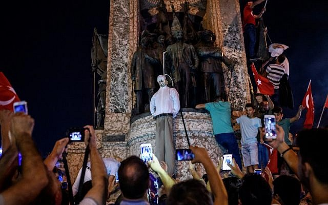 Pro-Erdogan supporters hold an effigy of US-based preacher Fethullah Gulen hanged by a noose during a rally at Taksim square in Istanbul on July 18, 2016, following the failed coup attempt of July 15. (AFP/ OZAN KOSE)