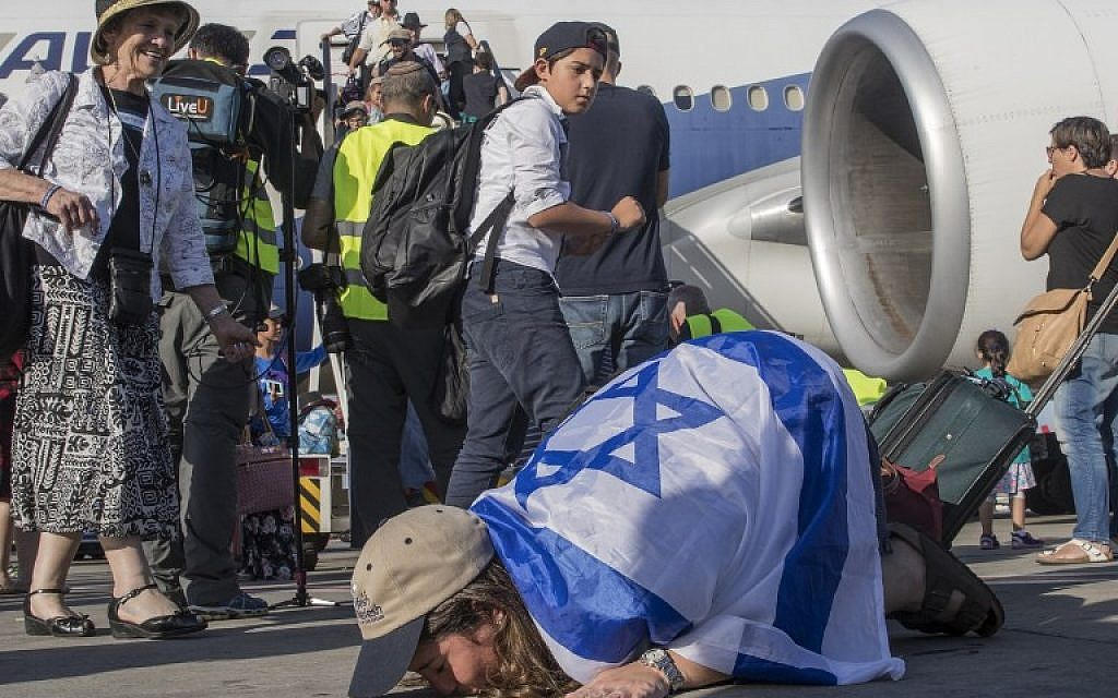 A newly arrived Jewish immigrant from North America kisses the tarmac after arriving at Ben Gurion International Airport near Tel Aviv on July 19, 2016.  (AFP PHOTO/JACK GUEZ)