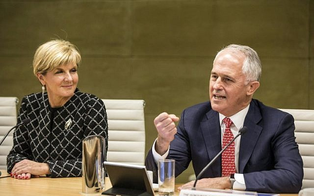 Australian Prime Minister Malcolm Turnbull, right, gestures next to Australian Foreign Minister Julie Bishop during a meeting in Sydney, Australia, July 19, 2016. (AFP/POOL/JESSICA HROMAS)